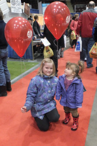 Homeshow-2013-5_girls-balloon